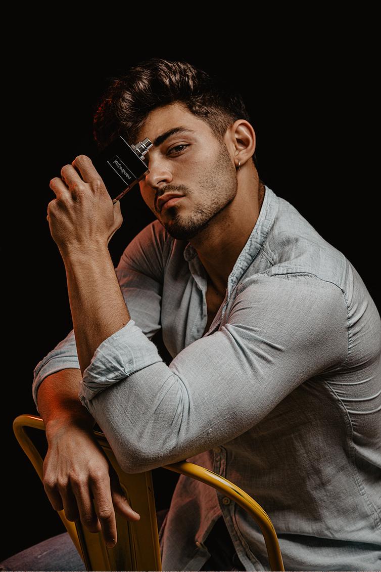chico moreno fitness elegante con camisa gris con perfume yves saint laurent trabajo influencer malephotography